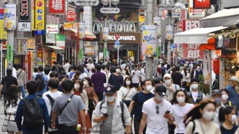 緊急事態宣言が解除された初の週末、買い物客でにぎわう東京・渋谷の「センター街」/