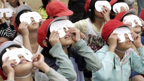 日食を見る子どもたち