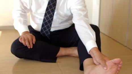 タンスにぶつけて…足の小指の骨折が完治するまでの期間は?