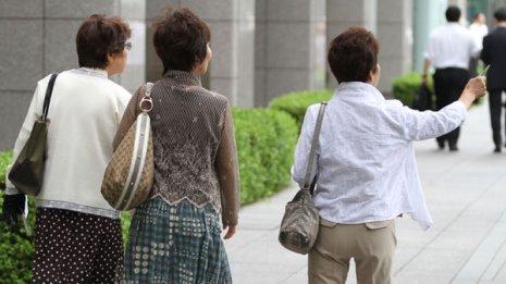 女性の髪の薄毛対策で今やるべきことは発毛剤?それとも…