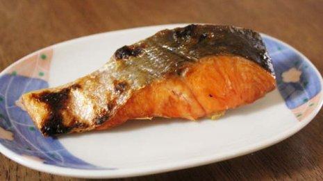 高タンパクで低カロリーの「鮭」は皮まで食すべし