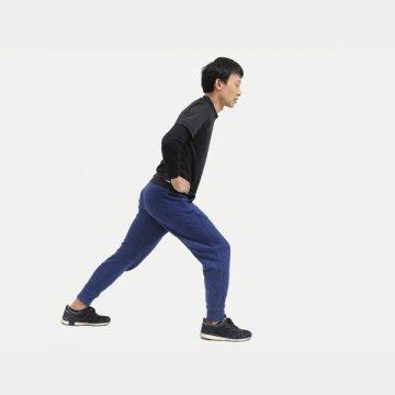 後ろ足のふくらはぎが伸びる感覚を感じられればOK