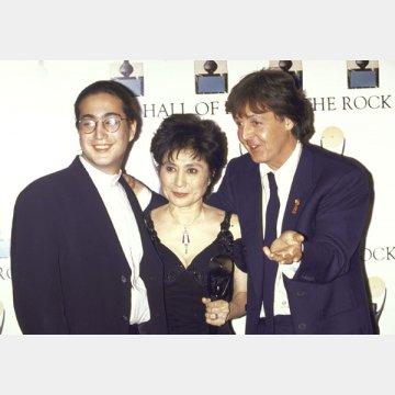左から、ジョンの愛息ショーン、ヨーコ、ポール。1994年撮影