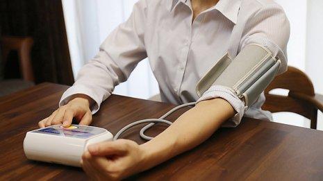 血圧は両腕で測る 左右差が5あるごとに死亡リスクが5%増