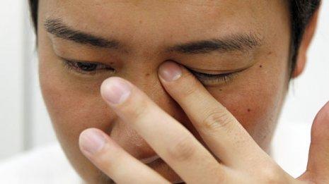 春の目のかゆみ…消毒液がついた手でこすっても大丈夫?