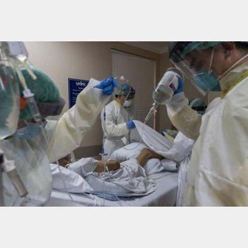 新型コロナウイルス患者を治療する医療従事者