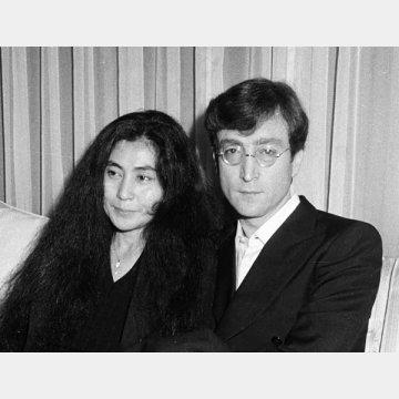 1977年、日本滞在時のジョン・レノン(右)とオノ・ヨーコ夫妻