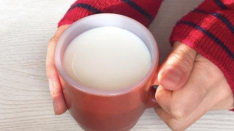 夜中にお腹がすいて仕方ない…夜食は糖質少なく温かい汁物を