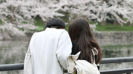 彼女が痛みに悩んでいるなら肩をなで、ぎゅっと抱きしめて