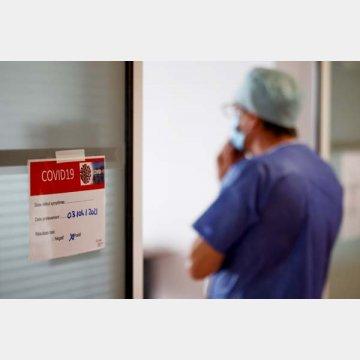 新型コロナウイルス感染者の治療を行う医療従事者(フランス・ヴァンヌの病院)/