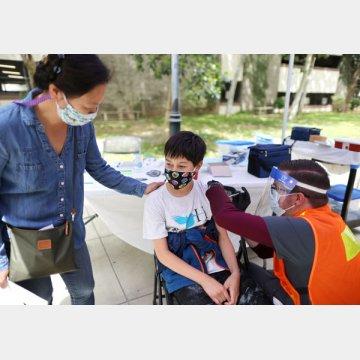 新型コロナウイルスのワクチン接種を受ける子ども(米カリフォルニア州)/