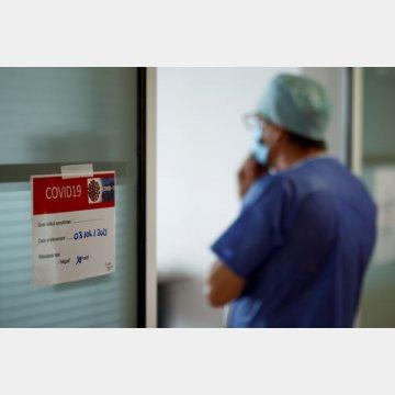 新たな後遺症が…(集中治療室で新型コロナウイルス患者の治療を行う医療従事者=フランス)
