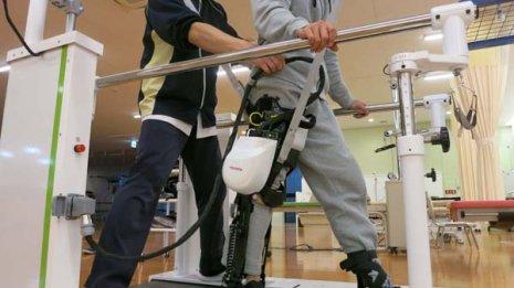 最新の「歩行訓練支援ロボット」は楽しみながら訓練できる