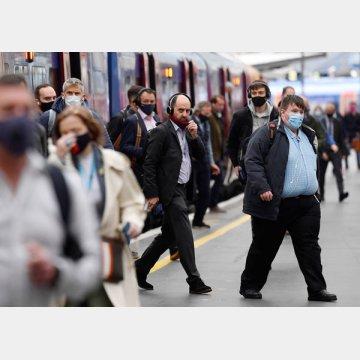 英国の感染者数は増加傾向(ロンドン朝の通勤風景)/