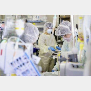 新型コロナウイルスの重症患者の治療に当たる医療従事者