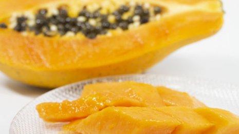 朝は「黄」で夜は「青」 パパイアは2種類を食べ分ける