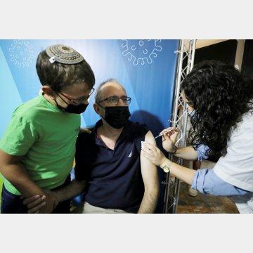 イスラエルでは直近1週間の死者の97%が60歳以上だった(3回目の新型コロナウイルスワクチン接種を受ける男性=エルサレム)/