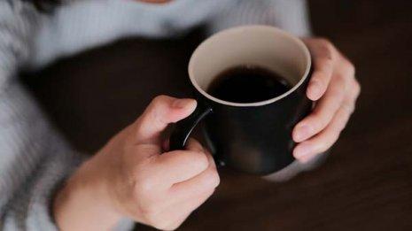 温かい飲み物を持つと脳の前頭前野が活性化しポジティブに