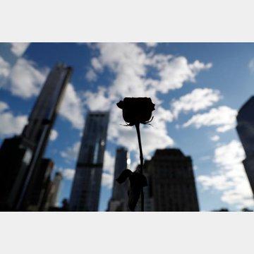 ニューヨーク9/11メモリアルサイトにあるサウスプールに映る花